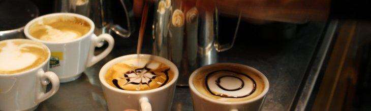 طراحی روی قهوه با سس شکلات